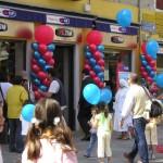 Inaugurazione negozi, colonne di palloncini blu e rossi