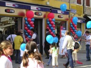 Inaugurazione negozi con colonne di palloncini blu e rossi