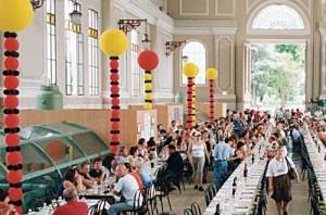 allestimento di un grande evento: enormi colonne di palloncini colorati come addobbi di una sala