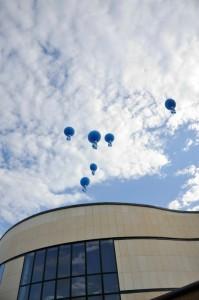 palloni giganti stampati di colore blu volteggiano in cielo