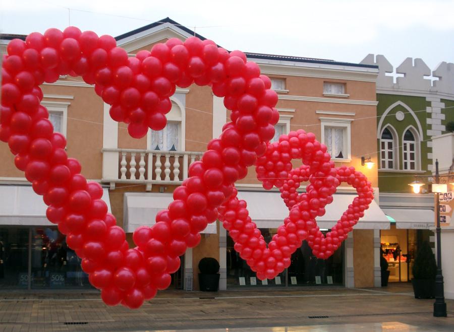 Allestimento di San Valentino: Cuori di palloncini per l' Outlet Village a Palmanova