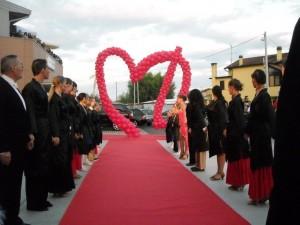 allestimento scenografico che riproduce il logo rosso simile ad un cuore