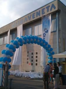 Organizzazione Eventi aziendali: arco di palloncini azzurri e bianchi