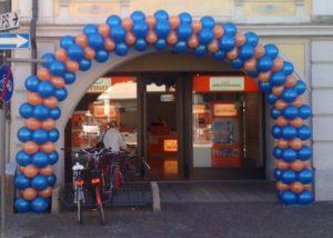 Inaugurazione punto vendita con arco di palloncini blu e arancio