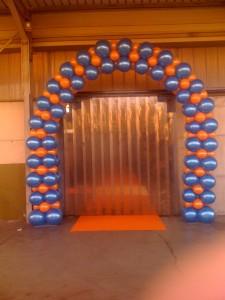 arco di palloncini blu e arancioni