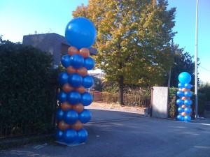 colonne segnalatrici di palloncini arancioni e blu
