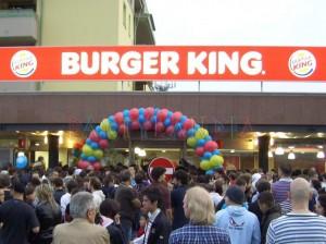 Allestimento e Animazione con un arco di palloncini colorati davanti al burger king