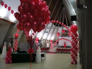 allestimento per una Festa aziendale natalizia: bouquet di palloncini, archi di palloncini ad elio e colonne di palloncini tutto in rosso e bianco