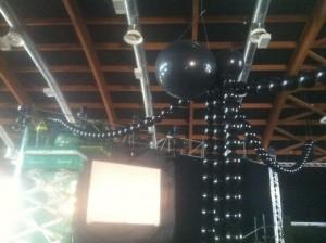 Allestimenti per party ed eventi: enorme ragno di palloncini appeso al soffitto