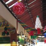 Allestimento Natalizio sul soffitto con alberi di palloncini, archi e palle di natale