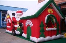 Allestimento Natalizio con casetta di Babbo Natale gonfiabile