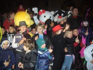 Animazioni in Friuli Venezia Giulia: gruppo di bambini n maschera con mascotte giganti di hello kitty, titti e gatto silvestro