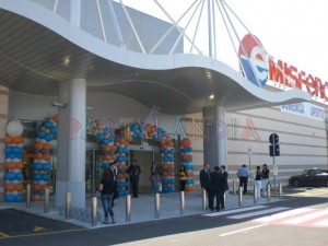 inaugurazione centro commerciale, archi e colonne di palloncini blu e arancioni