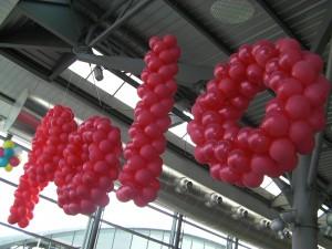 allestimenti delle concessionarie: riproduzione della parola POLO con palloncini rossi