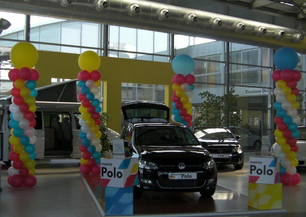 allestimenti delle concessionarie: colonne di palloncini colorati accanto ad un'automobile