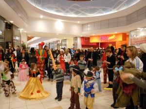 animazione di carnevale, bambini ballano in maschera