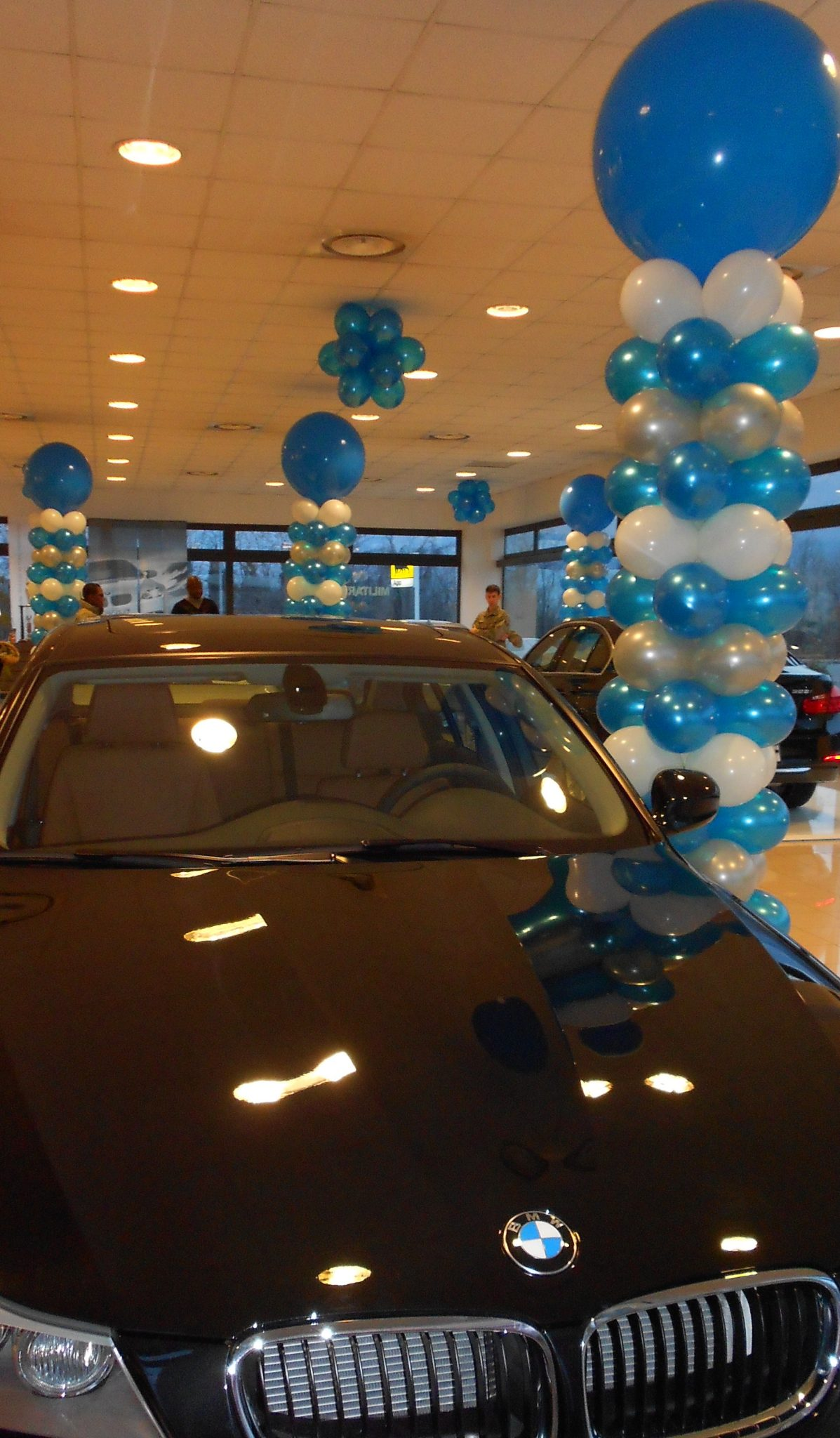 Allestimenti con palloncini stampati per il Lancio nuova BMW serie 3 alla Concessionaria Pentagon ad Aviano Pordenone