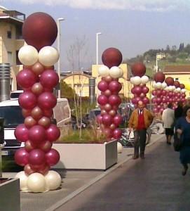 inaugurazione con palloncini, fila di colonne con palloncini bordeaux e bianchi