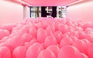 pavimento coperto di palloni rosa