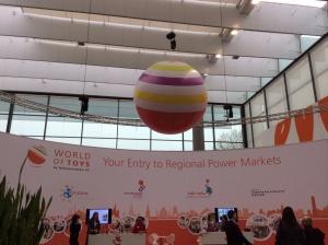 pallone gigante a righe sospeso in uno stand