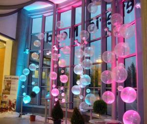 file di palloni sospesi trasparenti illuminati con luci colorate
