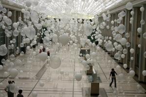 palloni bianchi e trasparenti sospesi in una galleria