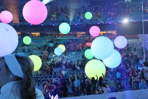 palloni giganti luminosi sospesi in uno stadio