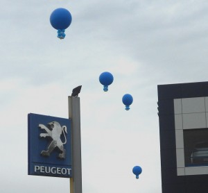 palloncini con il logo stampato blu sospesi a diverse altezze