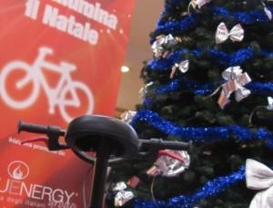 Animazioni natalizie per bambini, sellino di una bicicletta di fronte ad un albero di natale