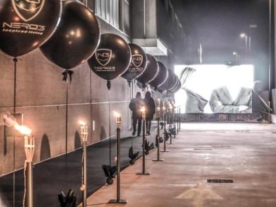 fila di palloni giganti personalizzati con il logo, pallone e decorazioni nere e stampa bianca