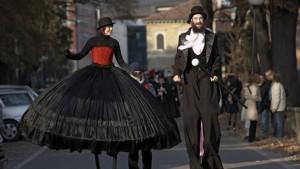 animazioni e spettacoli per matrimoni: due trampolieri vestiti da cerimonia passeggiano