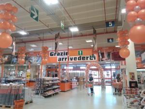 allestimento inaugurazione aziendale: arco di palloncini, colonne, lampadari, tutto di palloncini arancioni e argento