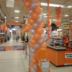 inaugurazione aziendale: colonne di palloncini arancioni e argentate vicino alle casse