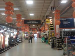 allestimento con colonne rovesciate e appese al soffitto di palloncini argento e arancio