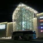 veduta notturna del centro commerciale