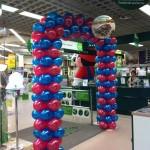 arco di palloncini blu e rosso per accogliere la clientela
