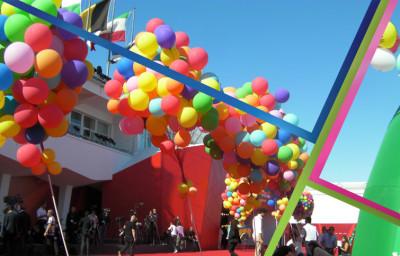 Realizzazione di allestimenti per grandi eventi, enormi ciuffi di palloncini colorato gonfiati ad elio
