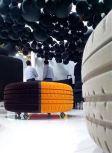 realizzazione di un progetto con soffitto pieno di palloni neri