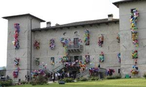 allestimento palloncini personalizzati, cascate di palloncini colorati escono dalle finestre di un castello