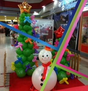 esempio di allestimenti nataizi: pupazzo di neve e alberi di palloncini