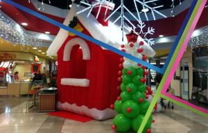 casetta natalizia gonfiabile e albero di natale di palloncini