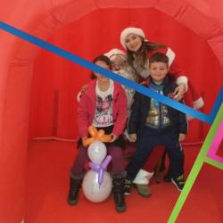 Natalina e bambini in posa per una foto