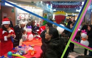 laboratorio di natale, bambini costruiscono pupazzi di neve con palloncini