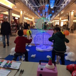 esempio di marketing below the line, bambini pedalano per far illuminare i led dell'albero di natale