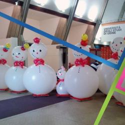 fila di pupazzi di neve di palloncini