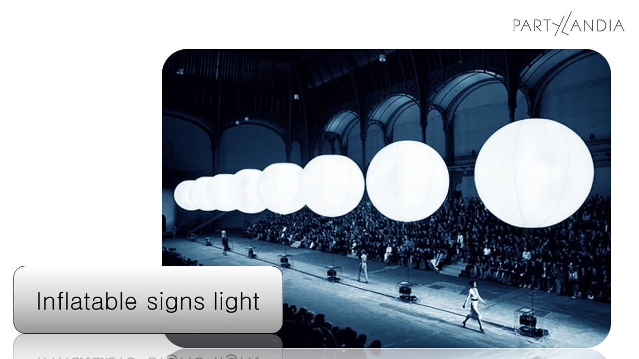 fila di palloni giganti bianchi illuminati