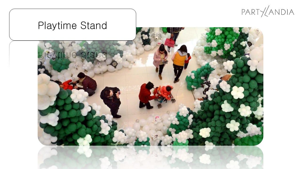 riproduzione di un bosco natalizio con alberi di palloncini verdi e fiocchi di neve