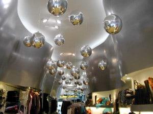 palloni argentati in myler scendono dal soffitto per allestimento negozio di scarpe
