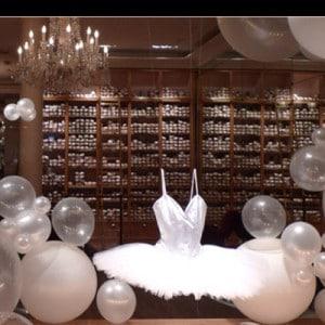 allestimento vetrine creativo, un tutù in mezzo a palloncini che sembrano bolle di sapone