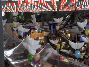 Palloncini personalizzati per Pasqua e colombe in myler volano sul mercato di Firenze